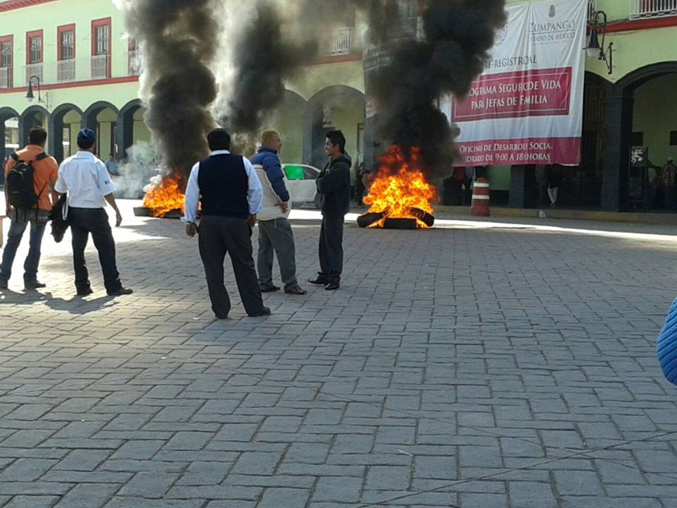 Transportistas de Zumpango se manifiestan frente a palacio