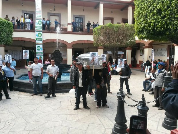 Marchan transportistas en Edomex tras asesinato de compañero