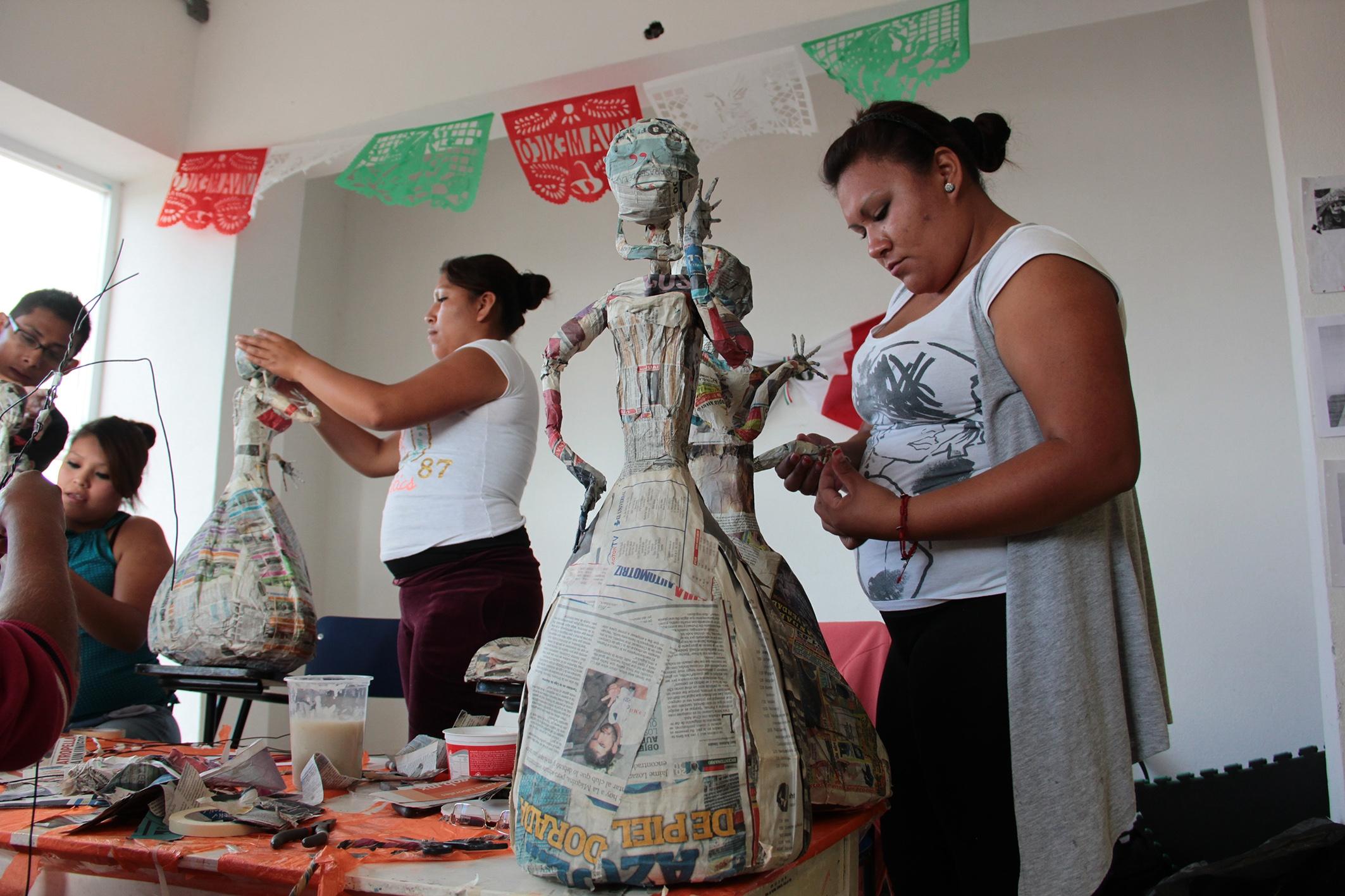 Habitantes de Zumpango elaboran Catrinas para festividades de muertos